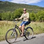 jeune femme à vélo dans les Ardennes