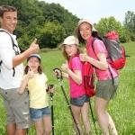 Famille profitant d'une randonnée dans les Ardennes